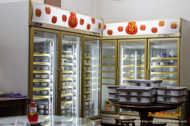 Gui Ling Gao and Mango Sago are chilled in these refrigerators. There are other types of dessert available, too.