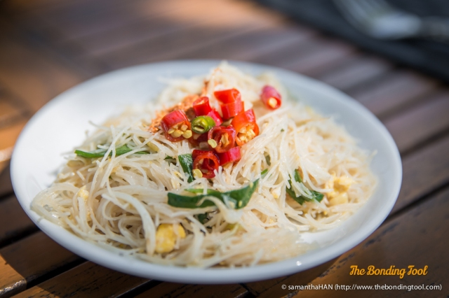 Fried Rice Vermicelli as an accompaniment to pork porridge. There's eggs and some scallions in the otherwise plain vermicelli. Topped with bird's eye chillies, they were yummilicious!