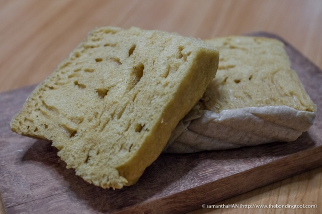 Ma Lai Ko literally means Malay Cakes. When Valerie and Vanessa were very young. they used to enjoy snacking on these fluffy cakes. Once they asked me why the skin of the cake was tough. I realised then that they ate the baking parchment used to line the basket of batter for steaming. Lol...