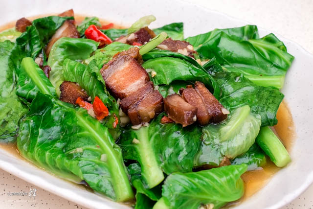 Phat Khana Muu Krop (ผักคะน้าหมูกรอบ) or simply Stir-fried Kailan With Crispy Pork.